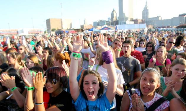 Fans cheer as Congress of a Crow performs during Dfest 2008 in Tulsa, Oklahoma, Friday, July 25, 2008. BY MATT STRASEN, THE OKLAHOMAN