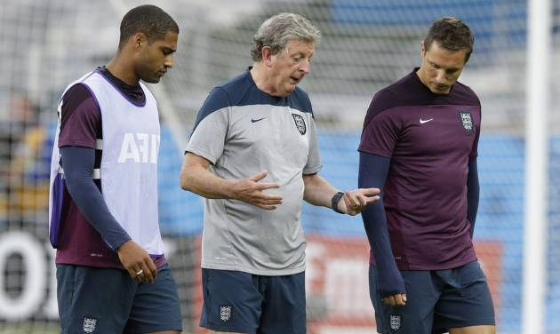 England's manager Roy Hodgson, center, speaks to defenders Glen John, left, and Phil Jagielka away from the rest of the squad during an official training session the day before the group D World Cup soccer match between Costa Rica and England at the Mineirao Stadium in Belo Horizonte, Brazil, Monday, June 23, 2014. (AP Photo/Matt Dunham)