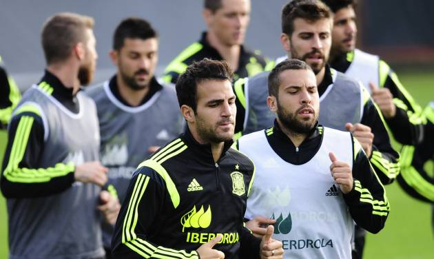 Spain's Cesc Fabregas, left center, and Jordi Alba, right center, run with their teammates during a training session at the Atletico Paranaense training center in Curitiba, Brazil, Monday, June 9, 2014. Spain will play in group B of the Brazil 2014 World Cup. (AP Photo/Manu Fernandez)