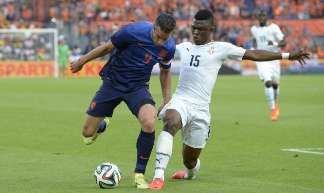 Netherlands Robin van Persie, left, fights for the ball with Sumaila Rashid from Ghana, during the international friendly soccer match between The Netherlands and Ghana at De Kuip stadium in Rotterdam, Netherlands, Saturday, May 31, 2014. (AP photo/Ermindo Armino)