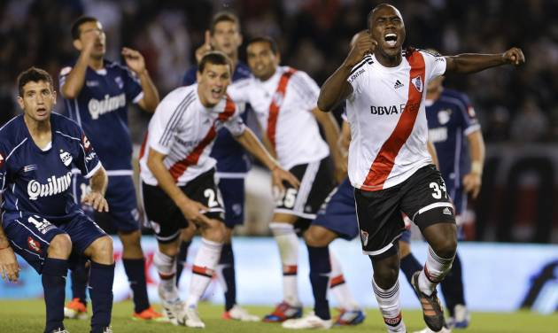 River Plate's Eder Alvarez Balanta, right, celebrates scoring against Quilmes during an Argentina's league soccer match in Buenos Aires, Argentina, Sunday, April 28, 2013. (AP Photo/Natacha Pisarenko)