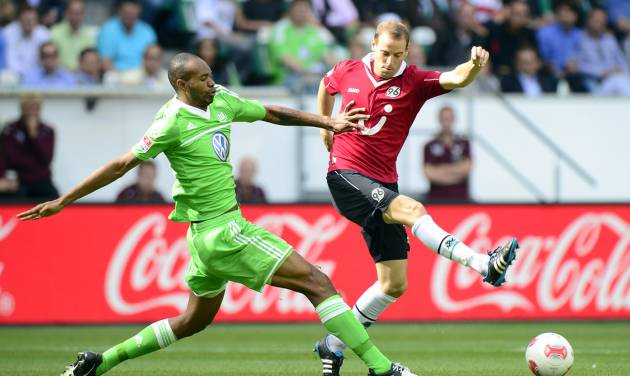 Wolfsburg's Naldo, left, and Hannover's Jan Schlaudraff challenge for the ball during the German first division Bundesliga soccer match between VfL Wolfsburg and Hannover 96 in Wolfsburg, Germany, Sunday, Sept. 2, 2012. (AP Photo/dapd, Nigel Treblin) - NO MOBILE USE UNTIL 2 HOURS AFTER THE MATCH, WEBSITE USERS ARE OBLIGED TO COMPLY WITH DFL-RESTRICTIONS, SEE INSTRUCTIONS FOR DETAILS -
