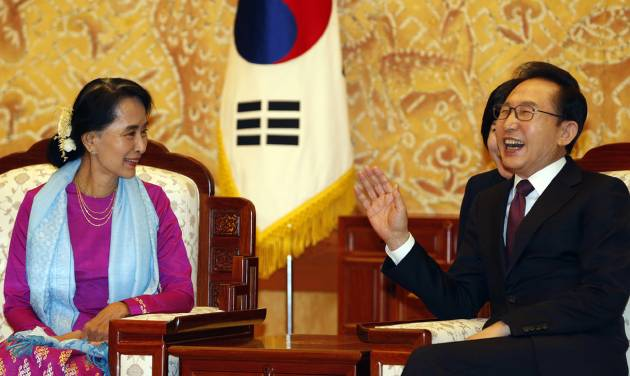Myanmar opposition leader Aung San Suu Kyi, left, talks with South Korean President Lee Myung-bak at the presidential Blue House in Seoul, South Korea Tuesday, Jan. 29, 2013. During her five-day trip, Suu Kyi is scheduled to attend the opening of the Special Olympics, a biennial global event that South Korea is hosting in the alpine town of Pyeongchang for the first time, organizers of her trip say. The 1991 Nobel Peace Prize laureate will then receive a human rights award in the city of Gwangju, where a 1980 uprising was crushed with deadly force by the then-military government. (AP Photo/Lee Jae-won, Pool)