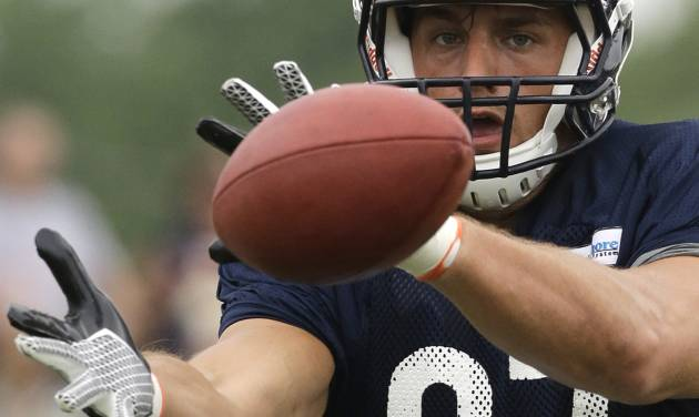 Chicago Bears tight end Steve Manen (87) makes a catch during NFL football training camp Wednesday, July 31, 2013, in Bourbonnais, Ill. (AP Photo/Nam Y. Huh)