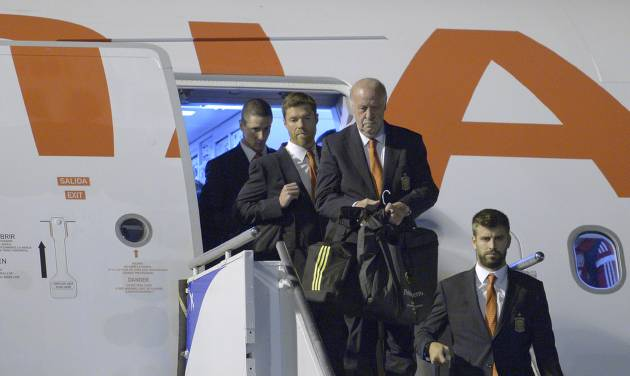 Head coach Vicente Del Bosque of Spain, third from left, Fernando Torres, left, Xavi Alonso, second from left, and Gerard Pique, right, arrive at the international airport Alfoso Pena in Curitiba, Brazil, Sunday, June 8, 2014, Spain's national soccer team arrived in Curitiba to continue their preparations for the upcoming 2014 World Cup, which starts on June 13. (AP Photo/Manu Fernandez)