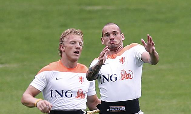 Wesley Sneijder, right, and Dirk Kuyt, left, of the Netherlands are seen during a training session in Rio de Janeiro, Brazil, Tuesday, June 10, 2014.  The Netherlands play in group B of the 2014 soccer World Cup. (AP Photo/Wong Maye-E)