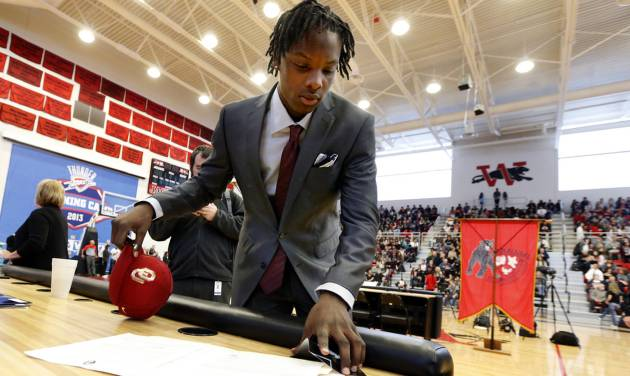 Dahu Green makes it official that he will attend The University of Oklahoma at Westmoore High School on Wednesday, Feb. 4, 2015  in Moore, Okla. Photo by Steve Sisney, The Oklahoman