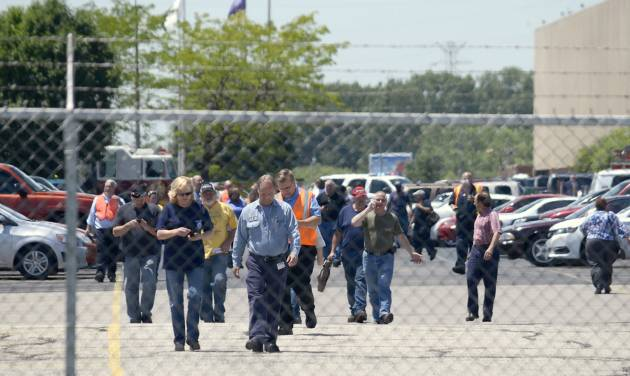Employees evacuate the GM Marion Metal Center in Marion, Ind., following a chemical explosion Tuesday, July 1, 2014. One worker died and five more were taken to Marion General Hospital with non-life threatening injuries. (AP Photo/Chronicle-Tribune, Jeff Morehead)