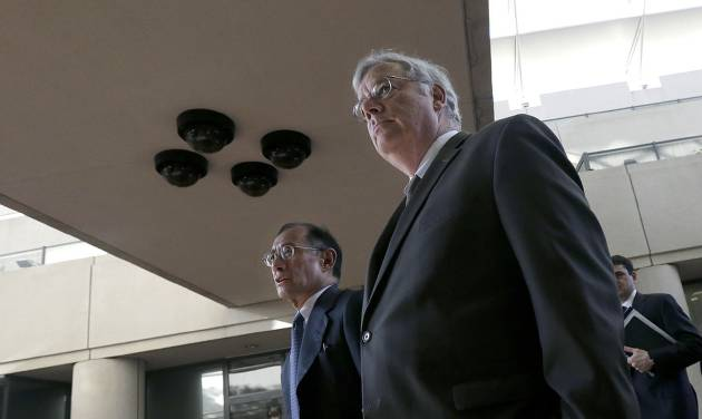 Apple attorneys Harold McElhinny, foreground, and William Lee walk to a federal courthouse in San Jose, Calif., Tuesday, April 29, 2014. The Silicon Valley court battle between Apple and Samsung is entering its final phase. Lawyers for both companies are expected to deliver closing arguments Tuesday before jurors are sent behind closed doors to determine a verdict in a closely watched trial over the ownership of smartphone technology. (AP Photo/Jeff Chiu)
