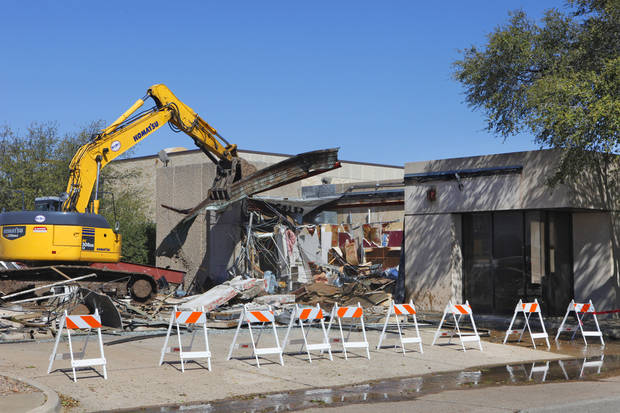 Midwest Wrecking Co. crews begin demolition of the former Chase Motor Bank in Edmond.  Photos By David McDaniel,The Oklahoman