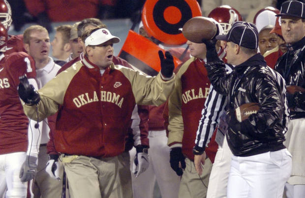 Kansas City, Mo. Saturday,12/06/2003     UNIVERSITY OF OKLAHOMA VS KANSAS STATE UNIVERSITY (KSU) BIG 12 COLLEGE FOOTBALL CHAMPIONSHIP ARROWHEAD STADIUM. OU head coach Bob Stoops argues a call with an official in the first half. (Staff photo by Steve Gooch)