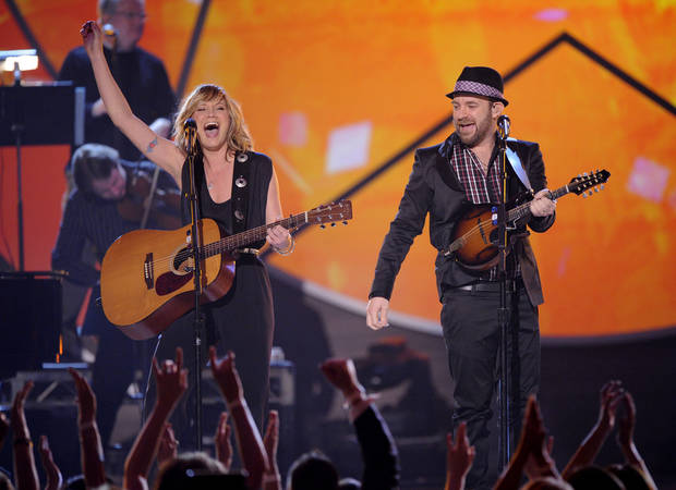 "Jennifer Nettles, left, and Kristian Bush, of Sugarland, perform ""Adalida"" at the ACM Artist of the Decade All Star Concert in honor of George Strait on Monday, April 6, 2009, in Las Vegas. (AP Photo/Mark J. Terrill) ORG XMIT: NVDC108"
