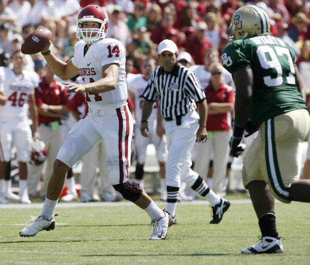 Quarterback Sam Bradford throws in the first half during the college football game between Oklahoma (OU) and Baylor University at Floyd Casey Stadium in Waco, Texas, Saturday, October 4, 2008.   BY STEVE SISNEY, THE OKLAHOMAN