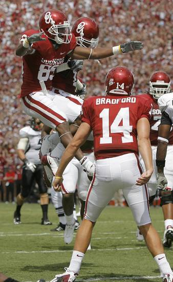 MANNY JOHNSON / CELEBRATE / CELEBRATION: OU's Ryan Broyles celebrates with Manuel Johnson after a touchdown during the college football game between the University of Oklahoma (OU) and Cincinnati at Gaylord Family --Oklahoma Memorial Stadium in Norman, Okla., Saturday, September 6,  2008. BY BRYAN TERRY, THE OKLAHOMAN ORG XMIT: KOD