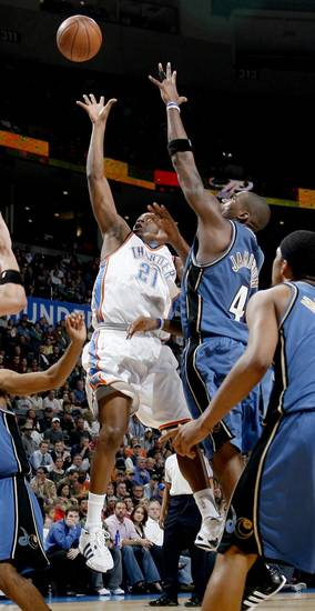 Oklahoma City's Damien Wilkins goes by Washington's Antawn Jamison during the NBA basketball game between the Oklahoma City Thunder and the Washington Wizards at the Ford Center in Oklahoma City, Wed., March 4, 2009. PHOTO BY BRYAN TERRY, THE OKLAHOMAN