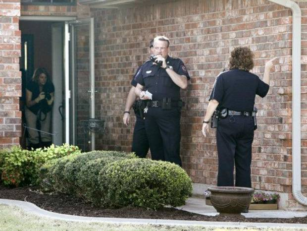 Yukon Police investigate a shooting at 317 Sunrise in Yukon, OK, involving a Piedmont policeman who shot a suspect trying to break into his home, Tuesday, April 19, 2011. By Paul Hellstern, The Oklahoman ORG XMIT: KOD