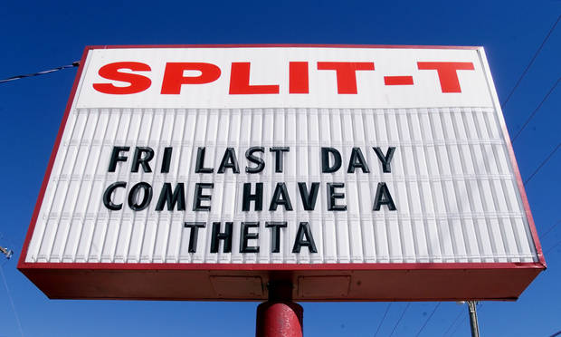 CLOSE, CLOSING: Sign on north side of historic Split-T Restaurant  (and T-Bar) at 5701 N Western which closed its doors for good on 9/15/2000. ORG XMIT: 1009101758241934