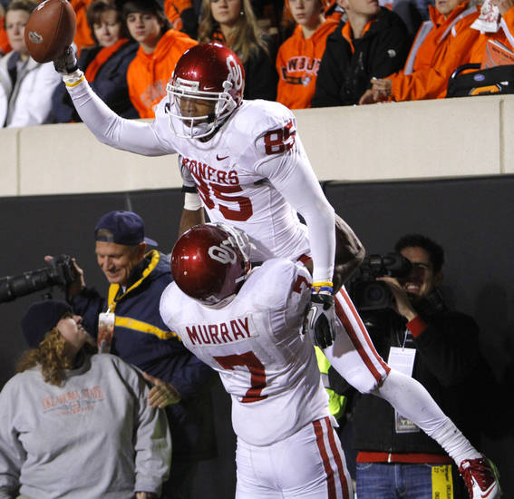 CELEBRATION: Oklahoma&#039;s DeMarco Murray (7) lifts Ryan Broyles (85) as they celebrate Broyles&#039; touchdown during the Bedlam college football game between the University of Oklahoma Sooners (OU) and the Oklahoma State University Cowboys (OSU) at Boone Pickens Stadium in Stillwater, Okla., Saturday, Nov. 27, 2010. Photo by Chris Landsberger, The Oklahoman ORG XMIT: KOD