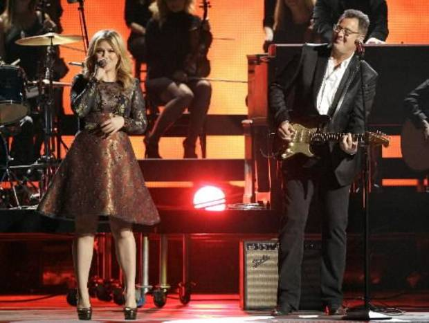 Kelly Clarkson and Oklahoma native Vince Gill perform. (AP photos)