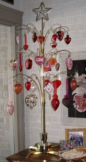 FRIENDS CELEBRATE JANUARY....Another tree of hearts. (Photo by Helen  Ford Wallace).