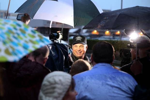 "Garth Brooks is surrounded by fans after the final taping of ""The Tonight Show with Jay Leno"", in Burbank, Calif., Thursday, Feb. 6, 2014. (AP)"