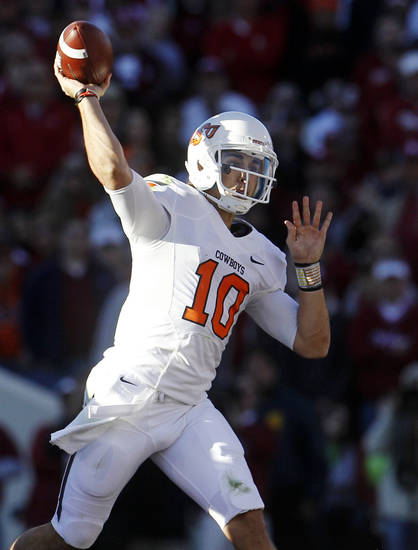 Oklahoma State quarterback Clint Chelf throws against Oklahoma in the second quarter of an NCAA college football game in Norman, Okla., Saturday, Nov. 24, 2012. (AP Photo/Sue Ogrocki)