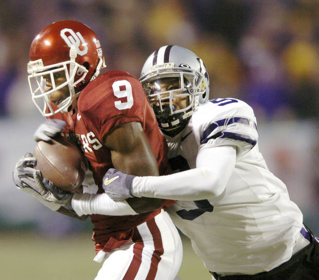 Kansas City, Mo. Saturday,12/06/2003 . BIG 12 CHAMPIONSHIP UNIVERSITY OF OKLAHOMA  (OU) VS KANSAS STATE (KSU) COLLEGE FOOTBALL AT ARROWHEAD STADIUM. Sooner Mark Clayton catches a 39-yard pass as Wildcat  Randy Jardan defends on the play. (Staff photo by Steve Gooch)