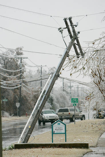 WINTER / COLD / WEATHER / ICE STORM: Motorists are turned around near a downed power line at the intersection of McGee Dr and Marian Dr. Monday, Dec. 10 2007 in Norman,OK. BY JACONNA AGUIRRE/THE OKLAHOMAN. ORG XMIT: KOD