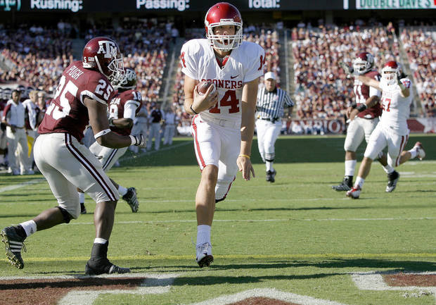 RUN: OU's Sam Bradford runs past Texas A&M's Jordan Pugh for a touchdown during the college football game between the University of Oklahoma and Texas A&M University at Kyle Field in College Station, Texas, Saturday, November 8, 2008.  BY BRYAN TERRY, THE OKLAHOMAN   ORG XMIT: KOD