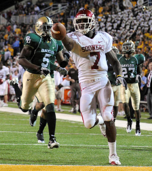 Oklahoma RB DeMarco Murray (7) scores on a touchdown run as Baylor defenders Mikail Baker (5) and Tyler Stephenson (27) give chase in the first half of an NCAA football game, Saturday Nov. 20, 2010 in Waco, Texas. (AP Photo/Rod Aydelotte)