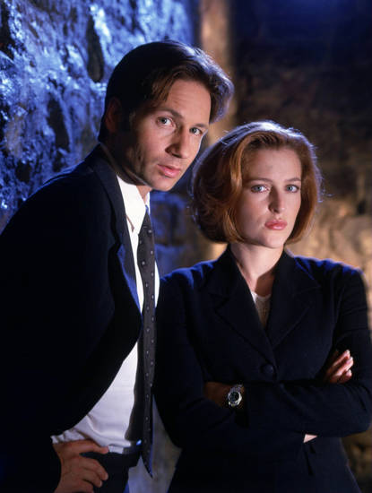 1097219 THE X FILES: David Duchovny as Agent Fox Mulder and Gillian Anderson as Agent Dana Scully.  1997 FOX BROADCASTING COMPANY. CR: MARK SELIGER