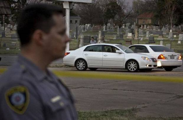 Oklahoma City police investigate a shooting scene where the bodies of a man and a women were found Tuesday evening near NW 26 and Western Avenue. PHOTO BY CHRIS LANDSBERGER, THE OKLAHOMAN