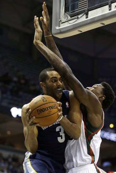 Memphis Grizzlies' Wayne Ellington (3) drives to the basket against Milwaukee Bucks' Larry Sanders during the first half of an NBA basketball game, Wednesday, Nov. 7, 2012, in Milwaukee. (AP Photo/Jeffrey Phelps)