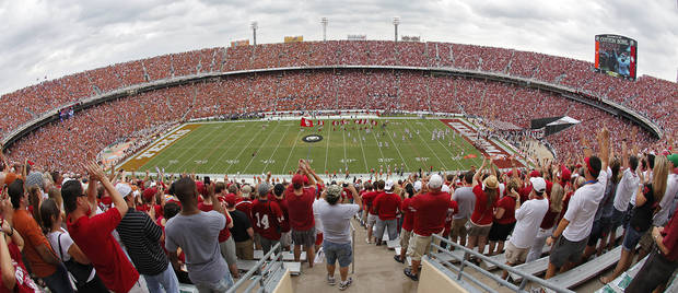 TAKE TO THE FIELD: The Oklahoma Sooners run onto the field during the Red River Rivalry college football game between the University of Oklahoma Sooners (OU) and the University of Texas Longhorns (UT) at the Cotton Bowl in Dallas, Saturday, Oct. 8, 2011. Photo by Chris Landsberger, The Oklahoman  ORG XMIT: KOD