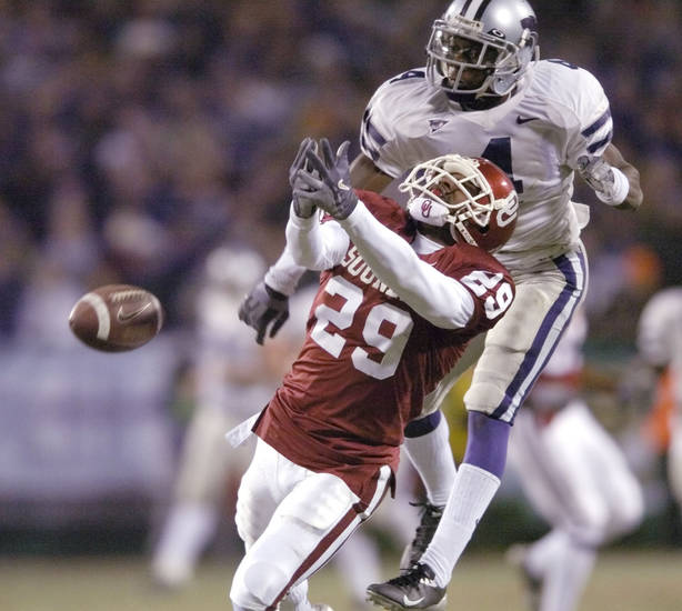 Kansas City, MO. USA.  Saturday, December 6, 2003:  Big 12 Championship College Football  Arrowhead Stadium, University of Oklahoma (OU) vs Kansas State University (KSU):   Cedric Williams is called for interference on this pass to Will Peoples.  Staff photo by Steve Sisney.