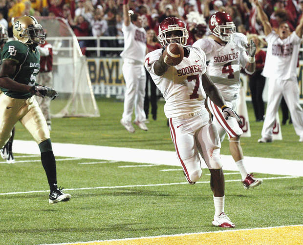 DeMarco Murray (7) scores during the first half of the college football game between the University of Oklahoma Sooners (OU) and the Baylor Bears (BU) at Floyd Casey Stadium on Saturday, November 20, 2010, in Waco, Texas.   Photo by Steve Sisney, The Oklahoman