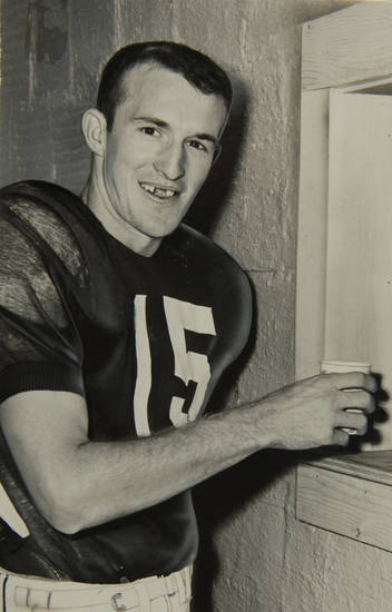 JIMMY HARRIS / JIM HARRIS / OU QUARTERBACK / FOOTBALL PLAYER / OU / UNIVERSITY OF OKLAHOMA / COLLEGE FOOTBALL / DEATH / DECEASED 8/8/2011 :  Copy photo of OU quarterback Jimmy Harris. Staff photo by Joe Miller, taken 9/29/1956. Published in The Daily Oklahoman on 9/30/1956. ORG XMIT: KOD