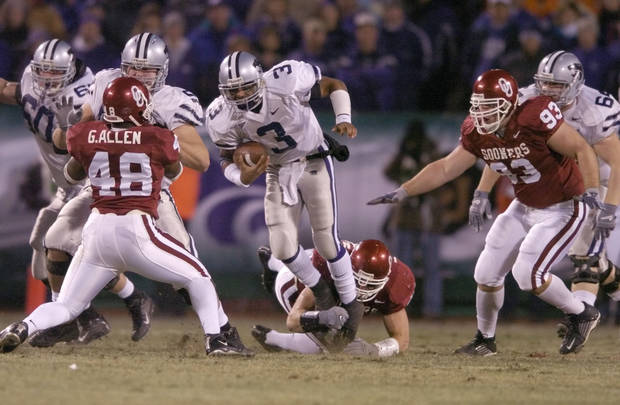 Kansas City, MO. USA.  Saturday, December 6, 2003:  Big 12 Championship College Football  Arrowhead Stadium, University of Oklahoma vs Kansas State University (KSU):   OU's Teddy Lehman tackles Ell Roberson in the first quarter.  Staff photo by Steve Sisney.