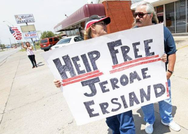 Terry Short, left, of Midwest City, holds a sign in support of convicted murder Jerome Ersland as she talks with Mark Phillips of Yukon outside of Reliable Pharmacy, 5900 S Penn, in Oklahoma City, Thursday, June 2, 2011. Photo by Nate Billings, The Oklahoman ORG XMIT: KOD