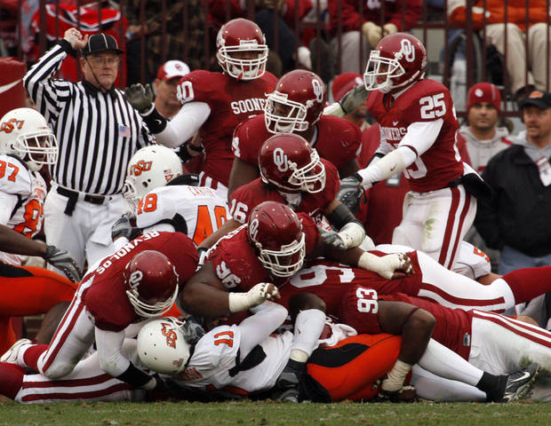 The Sooner defense stops Zac Robinson on third and goal during the first half of the college football game between the University of Oklahoma Sooners (OU) and the Oklahoma State University Cowboys (OSU) at the Gaylord Family-Memorial Stadium on Saturday, Nov. 24, 2007, in Norman, Okla. 