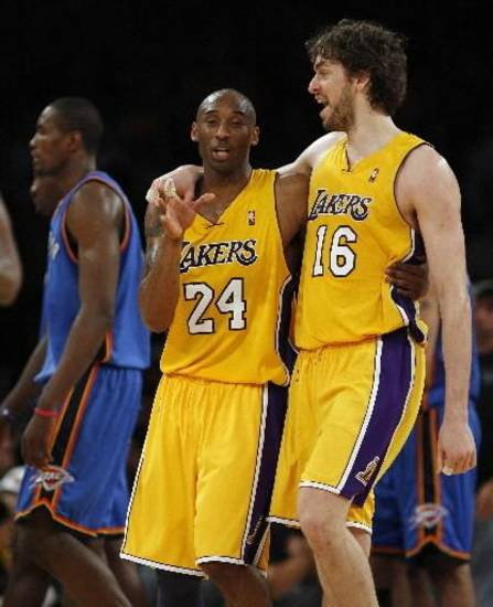 Oklahoma City Thunder forward Kevin Durant walks back to the bench as Los Angeles  Lakers guard Kobe Bryant and forward Pau Gasol of Spain talk during a timeout in the second half in game 2 of a first-round NBA basketball playoff series, Tuesday, April 20, 2010, in Los Angeles.  Lakers won 95-92.(AP Photo/Alex Gallardo)