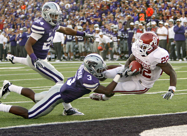 Oklahoma Sooners' Roy Finch (22) dives into the end zone in front of Kansas State Wildcats' Nigel Malone (24) and Allen Chapman (3) during the college football game between the University of Oklahoma Sooners (OU) and the Kansas State University Wildcats (KSU) at Bill Snyder Family Stadium on Sunday, Oct. 30, 2011. in Manhattan, Kan. Photo by Chris Landsberger, The Oklahoman  ORG XMIT: KOD