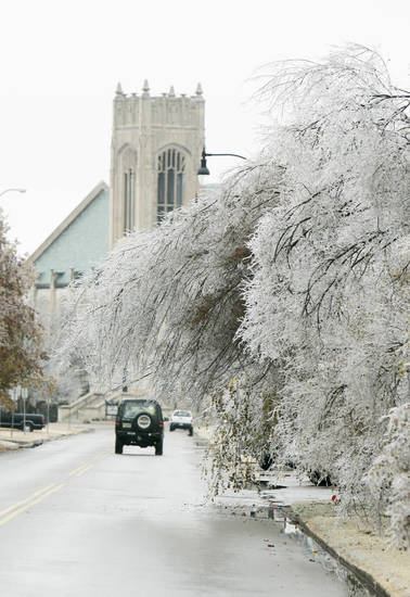 WINTER, COLD WEATHER, ICE STORM: Ice-filled trees line the street near the intersection of University Boulevard and Boyd Street near the University of Oklahoma (OU) campus Sunday, Dec. 9, 2007 in Norman, OK. BY JACONNA AGUIRRE/THE OKLAHOMAN, ORG XMIT: KOD
