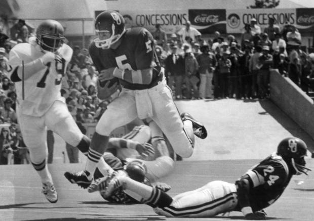 Former OU quarterback Steve Davis runs the ball during the Sooners' 1974 game vs. Baylor. OKLAHOMAN ARCHIVE PHOTO