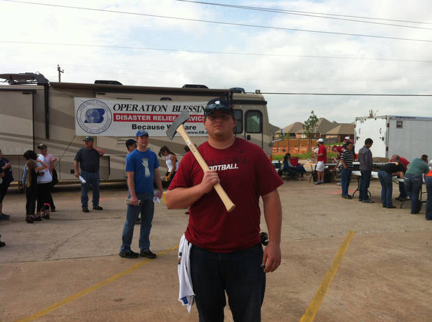 Oklahoma football player Bronson Irwin helps out with the tornado relief efforts in the Heatherwood neighborhood of Moore on Saturday. PHOTO BY BERRY TRAMEL, THE OKLAHOMAN KOD