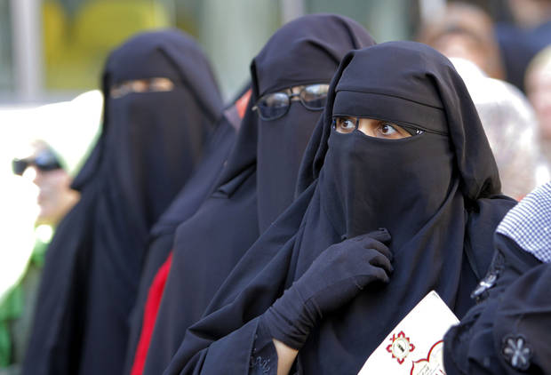 "Egyptian women wearing ""Niqab"" line up outside a polling station to vote in the second round of a referendum on a disputed constitution drafted by Islamist supporters of President Mohammed Morsi in Giza, Egypt, Saturday, Dec. 22, 2012. (AP Photo/Amr Nabil)"