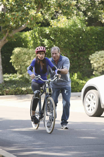 "MODERN FAMILY - ""Slow Down Your Neighbors"" - Claire becomes a determined neighborhood vigilante hoping to catch and stop a menacing car that speeds though their streets. Meanwhile, Phil is busy trying to land an important listing with a difficult client, Jay teaches Manny how to ride a bike -- only to learn Gloria needs lessons too -- and Mitchell and Cameron stumble upon a mysterious neighbor who is quite the charmer, on ""Modern Family,"" WEDNESDAY, JANUARY 5 (9:00-9:31 p.m., ET), on the ABC Television Network. (ABC/DANNY FELD) SOFIA VERGARA, ED O'NEILL"