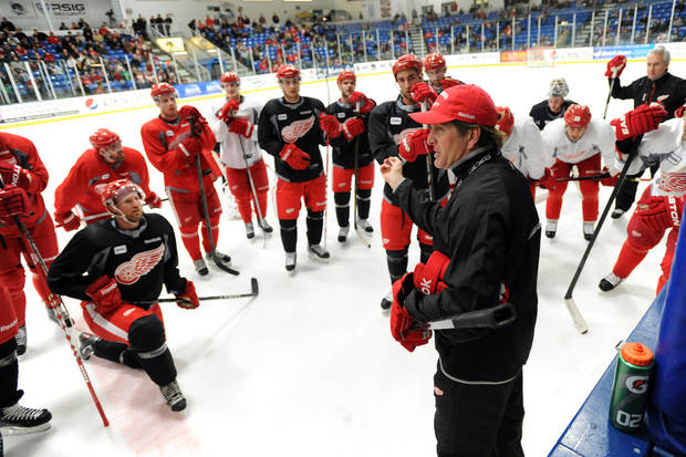 Detroit Red Wings coach Mike Babcock talks to his players during a break in practice at the NHL hockey team's training camp Sunday, Jan. 13, 2013, in Plymouth, Mich. (AP Photo/The Detroit News, David Guralnick) DETROIT FREE PRESS OUT  HUFFINGTON POST OUT  MAGS OUT