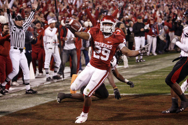 OU's Chris Brown scores during the first half of the college football game between the University of Oklahoma Sooners and Texas Tech University at the Gaylord Family -- Oklahoma Memorial Stadium on Saturday, Nov. 22, 2008, in Norman, Okla.   BY STEVE SISNEY, THE OKLAHOMAN