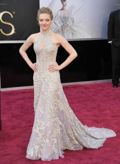 Amanda Seyfried can't breathe in her corset but she looks glam at the Oscars. (AP)